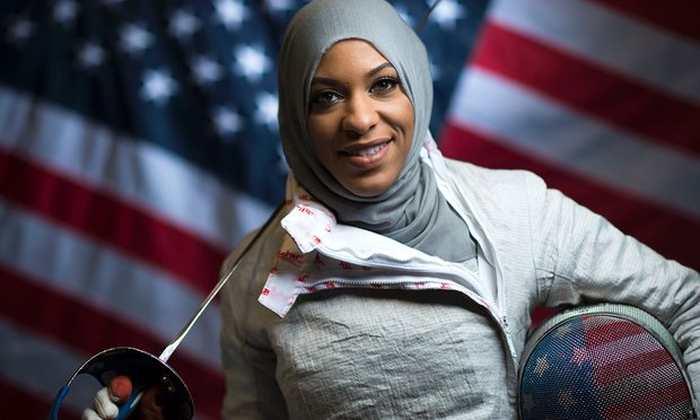 Ibtihaj Muhammad, une escrimeuse olympique américaine, qui porte le voile, a été forcé de le retirer pour une identification au SXSW.