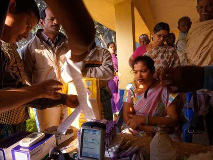 Dans le village de Pedda Srirampuram, une équipe mobile collecte des analyses de sang et d'urine et interrogent les villageois pour chercher les causes de cette maladie chronique rénale