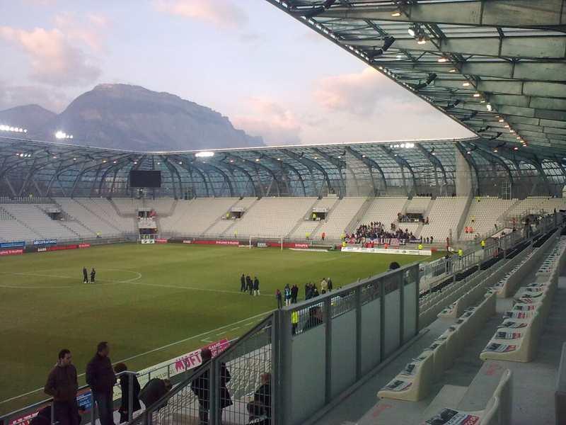 Le coût du stade des Alpes à Grenoble (20 000 places), inauguré en 2008 a pesé lourd dans les dettes de la Métropole, plombée par des emprunts toxiques. PsgMag.net/Flickr, CC BY