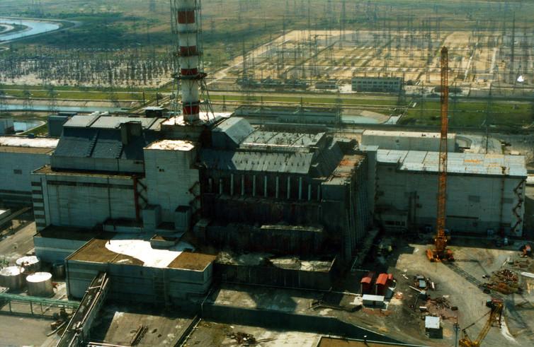 Le réacteur n°4 de Tchernobyl enfoui dans l'acier et le béton pour limiter la contamination. Vadim Mouchkin, IAEA/Flickr, CC BY-SA