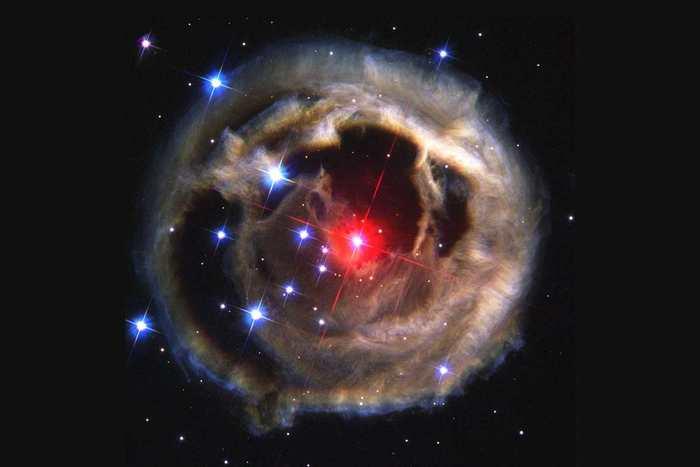 Explosion violente d'étoiles cannibales prédite par le fils de Charles Darwin
