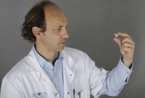 Alexandre Carpentier avec l'appareil appelé SonoCloud. Ce dernier utilise l'ultrason pour traiter des patients atteints de cancer du cerveau.