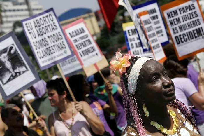 Des femmes qui protestent contre la loi interdisant l'avortement au Brésil