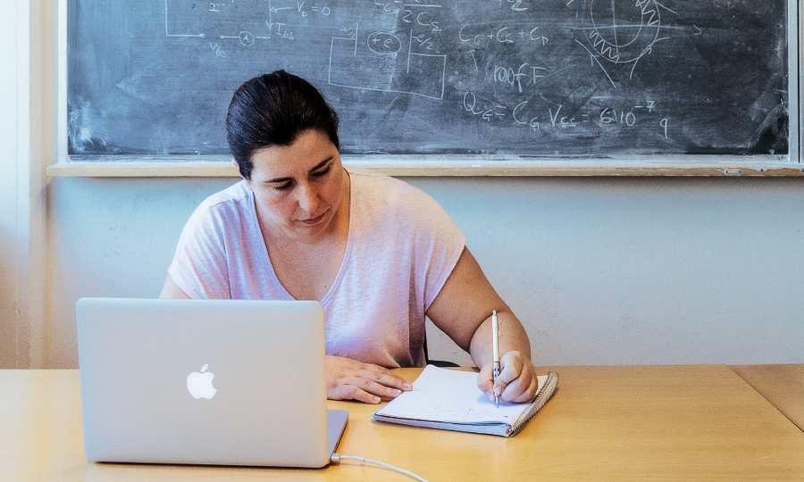 La physicienne Asimina Arvanitaki veut exploiter les données des ondes gravitationnelles pour chercher des preuves de particules de matière noire qui orbiterait autour des trous noirs.