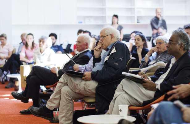 George Ellis, cosmologue à l'université de Cap Town, pendant une présentation