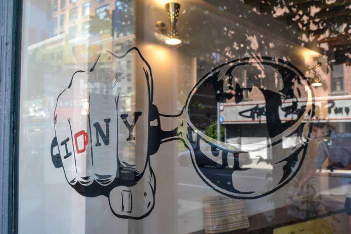 Le tatouage qui a valu un risque de poursuite judiciaire à un propriétaire d'un café à New York