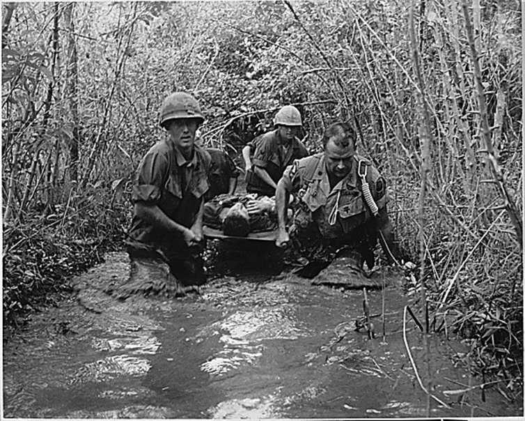 Des soldats transportent un blessé pendant la guerre du Vietnam