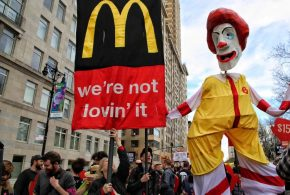 Quand il s'agit de leur salaire, les employés de McDonald ne l'aiment pas (Loving It, slogan de l'entreprise). Et ces employés s'expriment de plus en plus ces dernières 4 années avec des petites victoires qui montrent un profond changement dans l'emploi au Fast-Food.