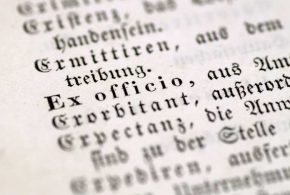 Google propose la police de caractère Noto qui supporte plus de 800 langues.