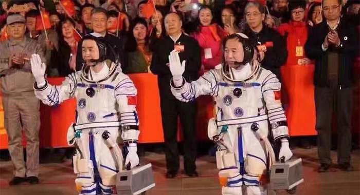 La Chine a réussi le lancement de 2 astronautes qui vont aller dans sa station spatiale. La Chine continue de faire des progrès considérables pour l'exploration spatiale.