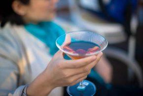 Une analyse sur des dizaines d'études s'étalant sur un siècle suggère que les femmes rattrapent leur retard sur la consommation d'alcool et les dégâts associés sur la santé.