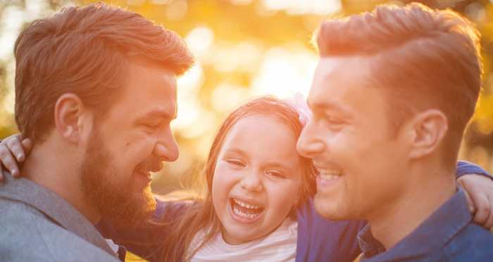 """Une recherche démontre qu'il n'y a aucune différence comportementale chez les enfants avec des parents LGBT et hétérosexuels. Cela détruit des mythes populaires sur des structures familiales """"traditionnelles"""" par rapport à d'autres structures."""