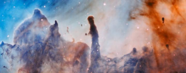 Similaires à la célèbre image des piliers de la création, de nouvelles photos issues de la Nébuleuse de la Carène (Carina Nebula) montrent des flèches et des piliers qui sont de vastes nuages de gaz et de gaz dans une usine à fabriquer des étoiles située à 7500 années-lumières.