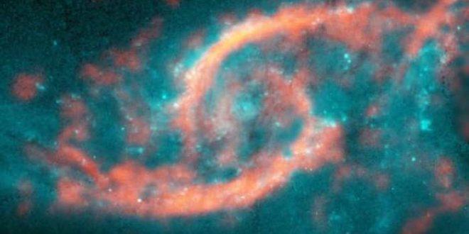 """Un tsunami d'étoiles et de gaz crée une forme en """"paupière"""" dans une galaxie"""