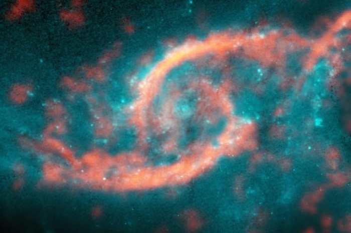 Vous prenez une quantité gigantesque d'étoiles et de gaz qui tourbillonnent et qui se percutent et vous obtenez une forme en paupière dans une galaxie appelée IC 2163.