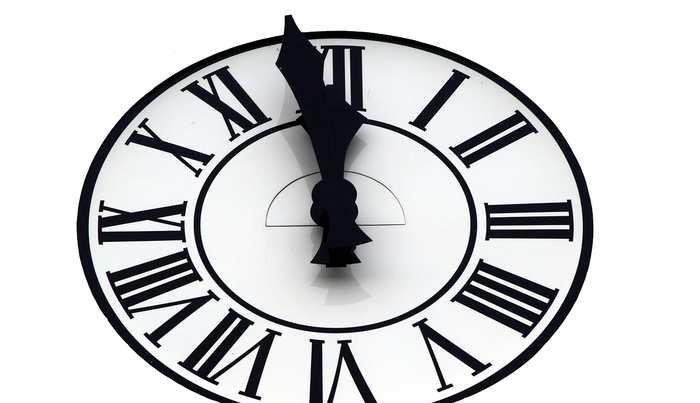 L'Horloge de la Fin du monde est un concept d'horloge crée en 1947 qui montre la capacité de l'humanité de s'anéantir via la guerre nucléaire. Dans cette horloge, minuit représente la fin du monde et l'organisation qui la gère vient de lui rajouter 30 secondes. Il reste 2 minutes et 30 secondes avant minuit. Et ces 30 secondes supplémentaires sont dues aux déclarations de Trump d'augmenter l'arsenal nucléaire.