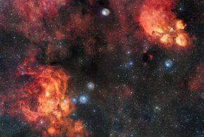 Une image exceptionnelle fournie par l'OmegaCAM du Very Large Telescope de l'Agence Spatiale Européenne nous propose la rencontre entre la Nébuleuse de la Patte de Chat (NGC 6334) et la Nébuleuse du Homard (NGC 6357).