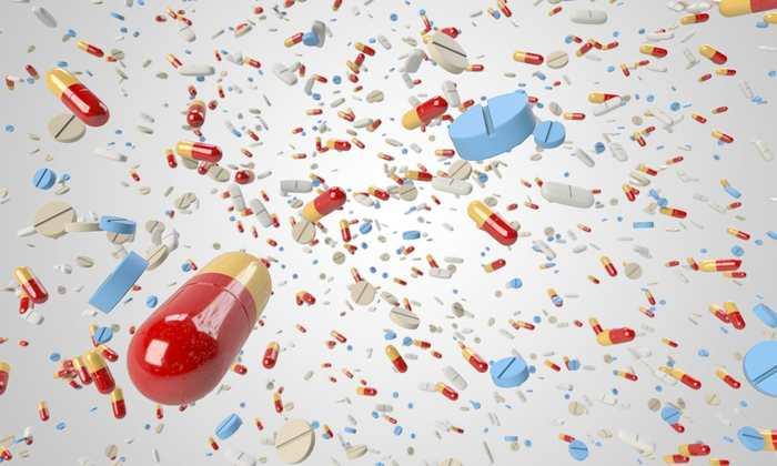 Une méta-analyse mise à jour de Cochrane a identifié des moyens efficaces pour lutter contre une utilisation abusive des antibiotiques dans les hôpitaux. Des directives et des politiques, qui promeuvent un meilleur ciblage des antibiotiques chez les patients qui en ont le plus besoin, ont le meilleur impact quand ces directives se concentrent pour changer le comportement des médecins.