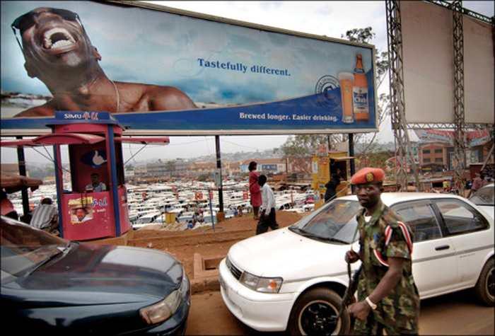 Les grandes marques de l'alcool lorgnent désormais vers le continent africain pour imposer leurs produits. En utilisant des campagnes publicitaires très agressives, ces entreprises veulent attirer une nouvelle population plus jeune en exploitant la faiblesse des législations sur la promotion des produits alcoolisés.