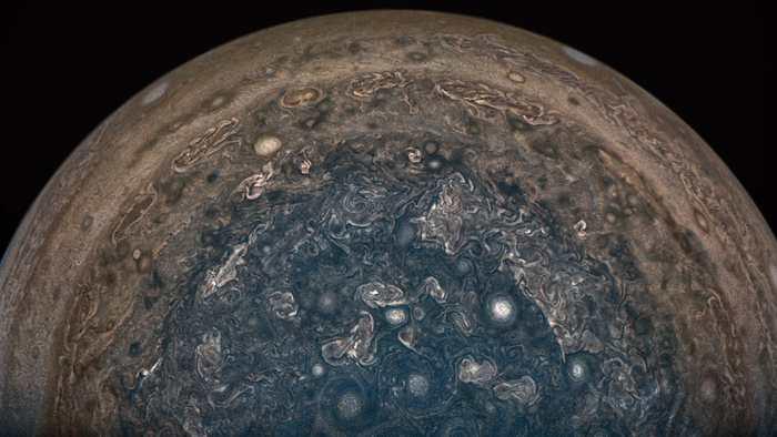 La sonde Juno va rester à bonne distance de Jupiter à cause d'un problème avec les valves de son moteur. Selon la NASA, cela ne nuira pas à la mission et au contraire, cela va fournir des données supplémentaires tout en évitant les radiations nocives de la géante gazeuse.