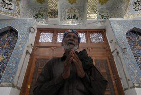 Un dévot prie devant la tombe de Lal Shahbaz Qalandar, un saint soufi, au Pakistan - Akhtar Soomro/Reuters