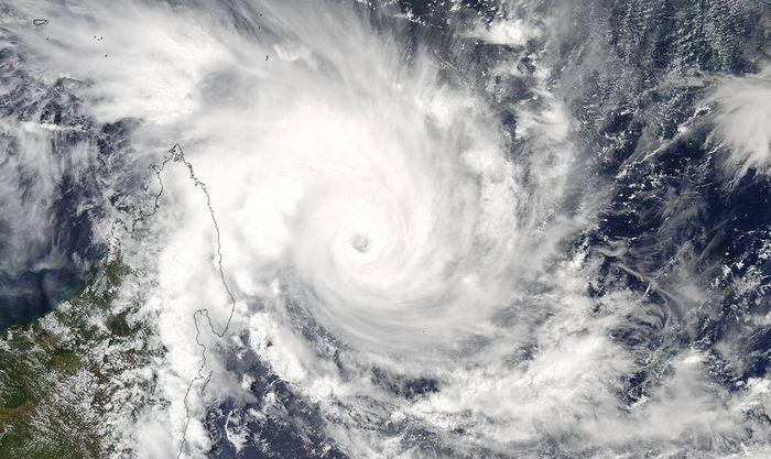 Le cyclone Enawo va toucher Madagascar le 7 mars 2017. Les autorités météorologiques appellent la population à la vigilance et plusieurs zones sont déjà classées en alerte rouge. Des pluies abondantes et des vents à 170 km/h sont prévus. Enawo est considéré comme un cyclone de catégorie 2.