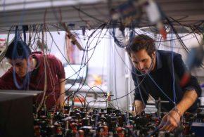 Des chercheurs estiment qu'ils ont réussi à contourner le principe d'indétermination d'Heisenberg afin de créer des instruments d'une plus grande précision. En fait, ils ont simplement déplacé ce principe pour éviter de violer cette caractéristique fondamentale de la mécanique quantique. Ce principe d'indétermination d'Heisenberg postule qu'il est impossible de mesurer 2 propriétés d'une particule en même temps.