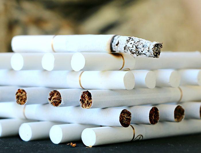 Le tabagisme a baissé au niveau mondial, mais il y a toujours 1 milliard de fumeurs au quotidien avec 1 homme sur 4 qui fume tandis que c'est 1 femme sur 20 qui a besoin de sa bouffée de nicotine.