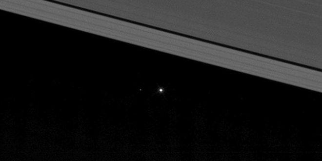 La Terre vue entre les anneaux de Saturne