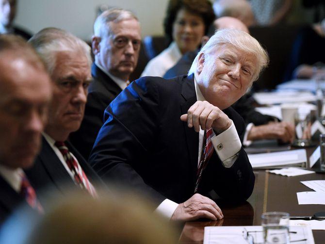 Louanges au président Trump pendant la réunion de son cabiner