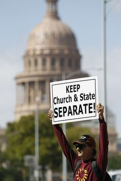 En 2011, Joe Zamecki proteste à l'extérieur d'un batiment où le Texas Board of Education considère comment les prochains livres scolaires de la science doivent traiter les problèmes du créationnisme et du réchauffement climatique - AP Photo/Eric Gay
