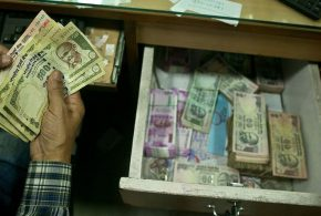 Des billets de banque sans aucune valeur - AP Photo/ Anupam Nath