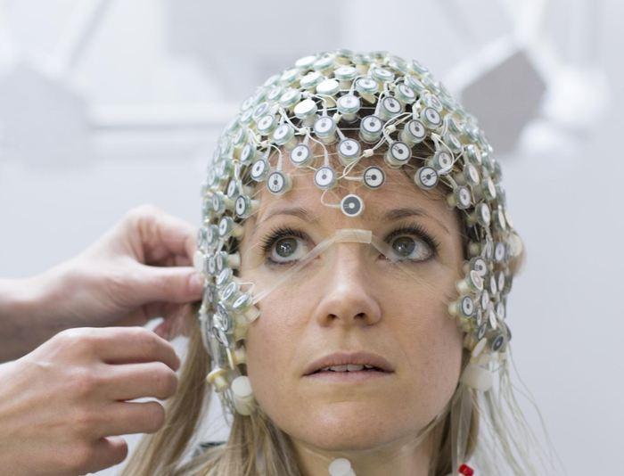 Une électroencéphalographie pour mesurer l'activité cérébrale - Crédit : Wyss Center www.wysscenter.ch
