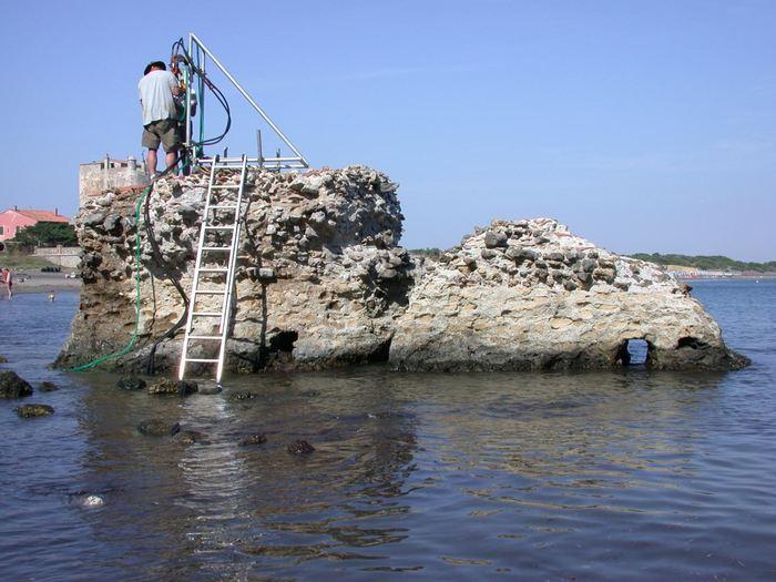 Un forage dans le cadre du projet ROMACONS dans le Portus Cosanus en Toscane en 2003 - Crédit : J.P. Oleson