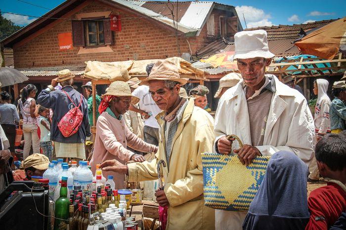Une recherche suggère une ascendance africaine et austronésienne des Malgaches. Tous les habitants de Madagascar partagent cette ascendance, mais les effets sont plus variables selon les zones géographiques.