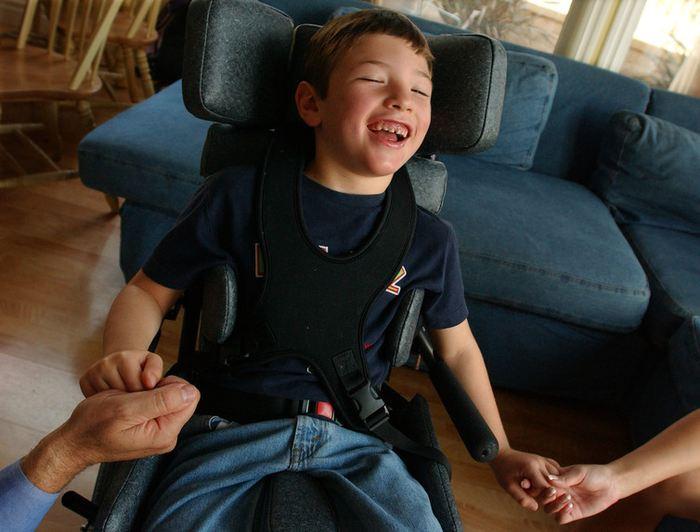 Ce garçon peut marcher grâce au biomédicament Brineura qui coute plus de 700 000 dollars pour un an de traitement - Crédit : AP Photo/Sang H. Park