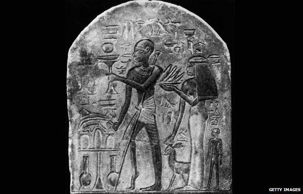 Une gravure égyptienne datant de 3 500 ans montrant un prêtre atteint de la polio - Crédit : Getty Images