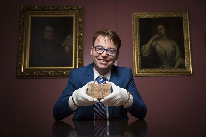 Le Dr. Daniel Mansfield avec la tablette Plimpton 322 - Crédit : UNSW/Andrew Kelly