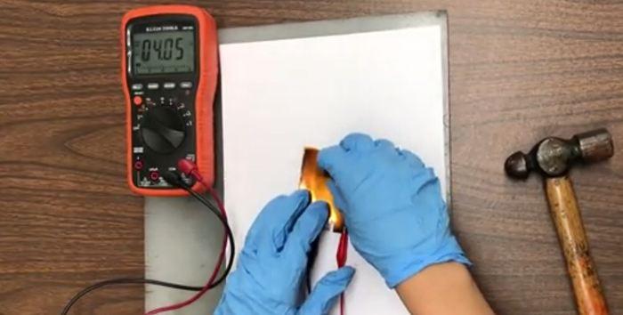 Les chercheurs démontrent le prototype d'une batterie lithium-ion qui utilise une solution d'eau et de sel comme son électrolyte. Connue comme une batterie aqueuse, celle-ci peut atteindre les 4 volts nécessaires à nos appareils électroniques tout en étant protégée contre les explosions ou l'inflammation des batteries actuelles.