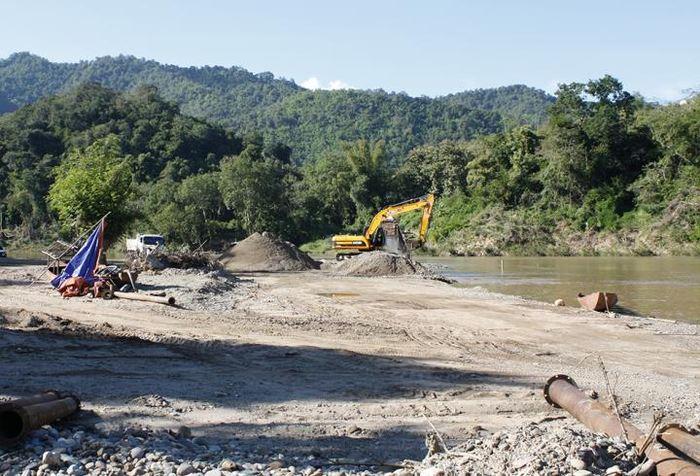 Extraction du sable à la Nam Khan River qui est un affluent du Mekong à coté de Luang Prabang au Laos. Cette région possède de nombreux complexes touristiques et un sanctuaire d'éléphant qui nécessitent beaucoup de sable pour la construction - Crédit : Aurora Torres, German Centre for Integrative Biodiversity Research (iDiv)