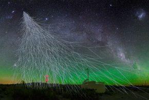 Une illustration d'artiste des rayons cosmiques qui arrivent sur un détecteur - Crédit : Credit: A. Chantelauze, S. Staffi, L. Bret