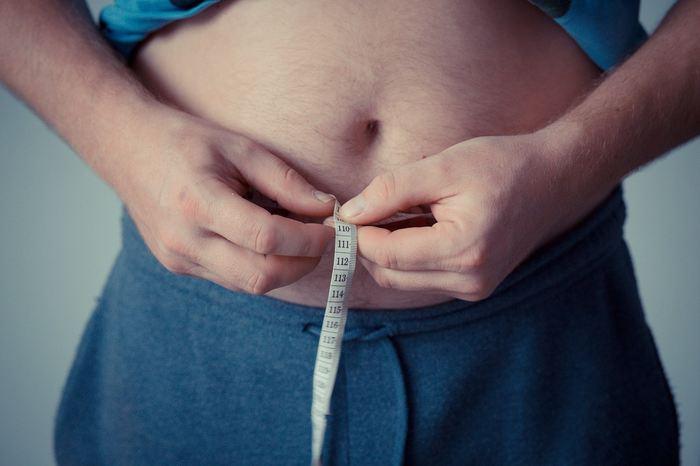 Des chercheurs proposent des pistes pour expliquer pourquoi les personnes âgées n'arrivent pas à utiliser correctement l'énergie qui est stockée dans la graisse de leur ventre. La découverte pourrait mener à des traitements pour réduire la graisse nocive sur le ventre et augmenter l'énergie des personnes âgées.