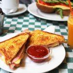 """Une étude espagnole suggère que le fait de sauter le petit-déjeuner est associé à un risque élevé de développer d'athérosclérose subclinique. Même si ce trouble ne présente aucun symptôme lorsqu'on est jeune, il est associé au développement des maladies cardiovasculaires par la suite. Et non, du café et des clopes ne sont pas un """"petit-déjeuner équilibré"""". Pour avoir le pourcentage optimal de l'apport calorique, les auteurs recommandent une tasse de café, un verre de lait ou du yaourt, des fruits, du pain au blé entier avec des tomates et de l'huile d'olive."""