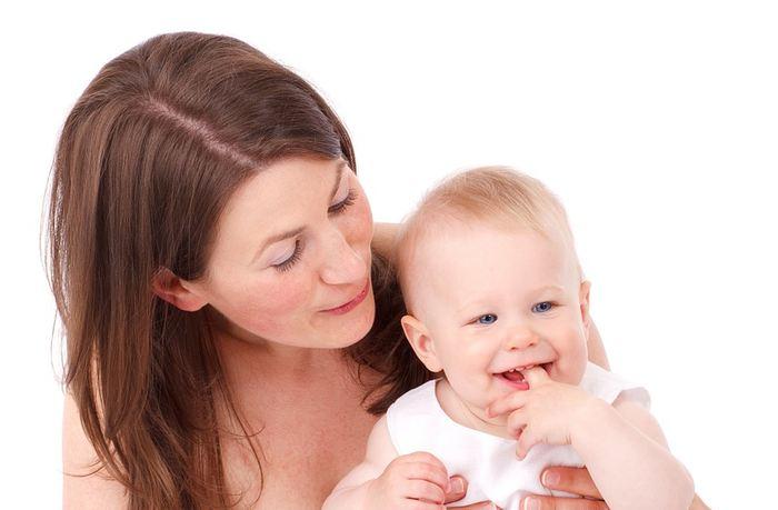 Des expériences sur des souris ont montré que la naissance par césarienne est associée à un risque d'obésité dans le futur. De plus, la césarienne a également provoqué un développement précoce du microbiote ce qui a provoqué un sous-développement plus tard dans la vie des souris. L'étude doit être prise avec précaution, mais le poids de la preuve s'accumule sur le fait que la césarienne empêche la transmission des microbes maternels à l'enfant qui sont nécessaires pour son développement.