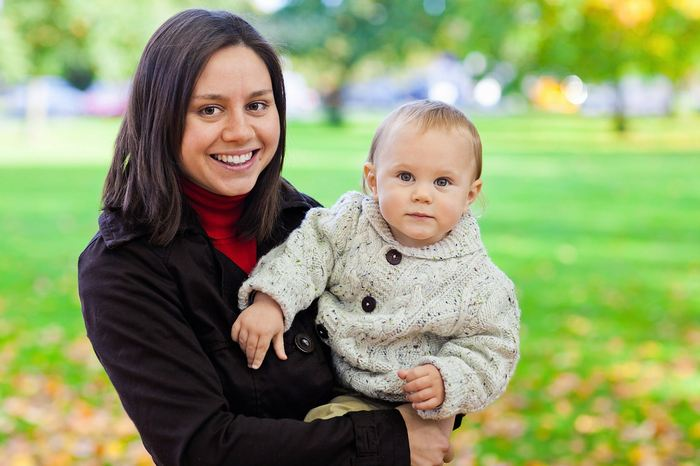 Les chercheurs suggèrent que les mères, qui parlent à leurs nourrissons, dans une langue connue comme le Mamanais (langage enfantin), sont cohérentes dans toutes les langues. Dans le Mamanais, les mères changent inconsciemment le timbre de la voix pour s'adapter au nourrisson. En termes clairs, on peut suggérer que le Mamanais est une forme universelle de communication pour les nourrissons à travers toutes les langues.