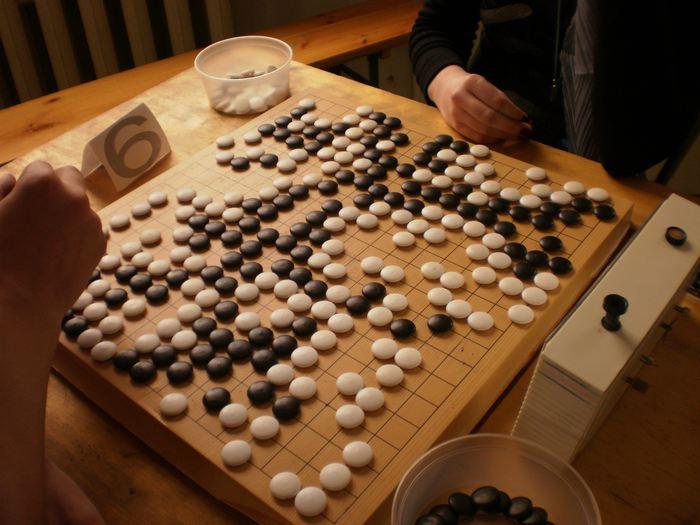 Les chercheurs de DeepMind viennent de créer AlphaGo Zero, une intelligence artificielle qui a battu AlphaGo Lee qui avait battu le champion du monde au jeu de Go. La grande particularité d'AlphaGo Zero est qu'il est devenu meilleur qu'AlphaGo Lee sans aucune intervention humaine à part les règles du jeu.