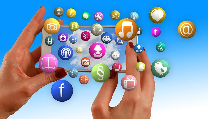 Facebook permet à 54 % des travailleurs indépendants de promouvoir leurs services suivi de Linkedin avec 40 %, Google+ avec 21 %, Twitter avec 19 %, Instagram avec 18 %, Youtube avec 15 %, Pinterest avec 6 %, VKontakte avec 6 %, Tumblr avec 3 % et le reste représente 20 % qui n'utilisent pas les réseaux sociaux