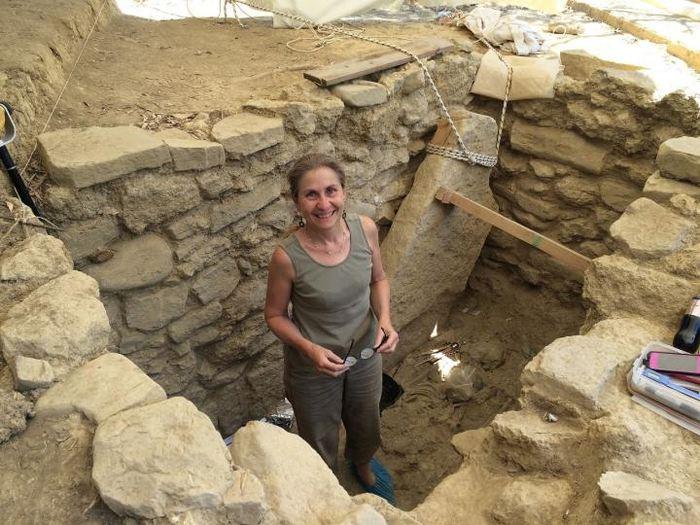 L'archéologue Shari Stocker sur la tombe du Guerre Griffon à Pylos en Grèce - Crédit : University of Cincinnati