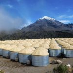 L'observatoire HAWC se trouve à une altitude de 4 114 mètres et il possède plus de 300 réservoirs d'eau qui collectent les cascades de particules provenant de rayons gamma - Crédit : Jordan Goodman