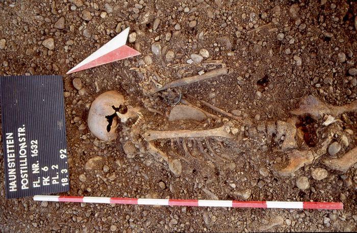 Un individu mâle du site Haunstetten Postillionstraße avec un poignard, des têtes de flèche, un bracelet et des broches pour les os - Crédit : Stadtarchäologie Augsburg